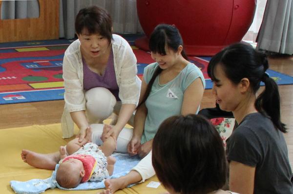 ユニケ160727(赤ちゃんマツサージ1)
